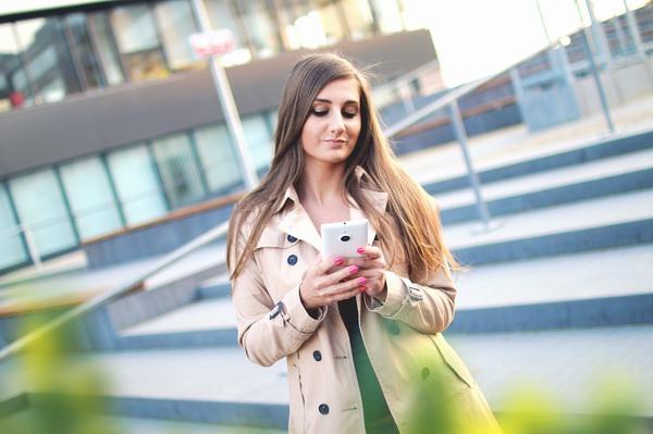 dziewczyna wnioskująca o pożyczkę online przez smartfona